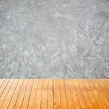 Pusty wewnętrzny pokój z światłem - szarości cementowy tło Obrazy Stock