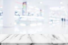 Pusty wierzchołek marmuru stół z plama zakupy centrum handlowego tłem obraz stock