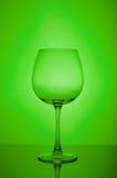 Pusty wina szkło na zielonym tle Zdjęcie Royalty Free