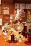 Pusty Yama spuszcza kawowego piwowara fotografia royalty free