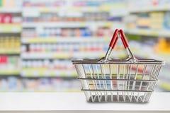 Pusty zakupy kosz na apteki apteki kontuarze Zdjęcie Stock