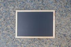 Pusty zielony chalkboard tekstury zrozumienie na ścianie obraz stock