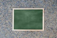 Pusty zielony chalkboard tekstury zrozumienie na ścianie obrazy stock