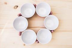 6 pustych herbacianych filiżanek na stole Fotografia Royalty Free