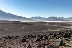 Pustynia i góry z wieloskładnikowymi drogami gruntowymi w Alitplano plateau, Boliwia obraz stock