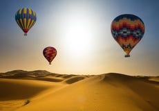 Pustynia i gorące powietrze balonu krajobraz przy wschodem słońca fotografia stock