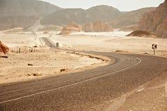Pustynna autostrada I góry Obrazy Royalty Free