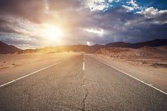 Pustynna autostrada I góry Przy zmierzchem, Synaj, Egipt Fotografia Royalty Free