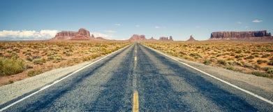 Pustynna autostrada prowadzi w Pomnikową dolinę Zdjęcia Stock