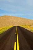 Pustynna droga w Śmiertelnym Dolinnym parku narodowym Fotografia Royalty Free