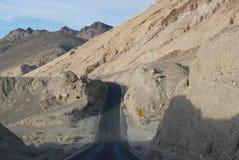 Pustynna droga w Śmiertelnej dolinie. Zdjęcie Stock