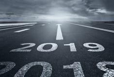 Pustynna droga z inskrypcją 2018 2019 Pojęcie odjeżdżanie stary rok nowi cele i zdjęcia royalty free