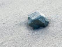 Pustynna powierzchnia z szmaragdowym głazem, tekstura Obrazy Stock
