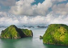 Pustynna wyspa ind morze z pięknymi chmurami w tle zdjęcie stock