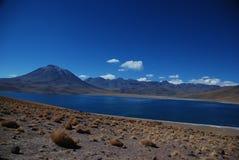 Pustynny jezioro i volcanoes Obrazy Royalty Free