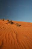 Pustynny krajobraz z głębokim niebieskim niebem Zdjęcia Stock