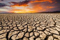 Pustynny krajobraz z krakingową ziemią Obrazy Royalty Free