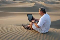 pustynny laptopu mężczyzna obsiadanie obrazy royalty free
