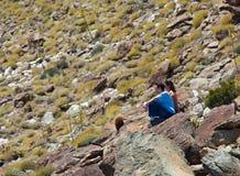 pustynny odległy wycieczkowiczy spojrzenia przedmiot Obrazy Stock