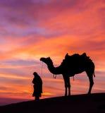 Pustynny scenka z wielbłądzim i dramatycznym niebem Zdjęcia Stock
