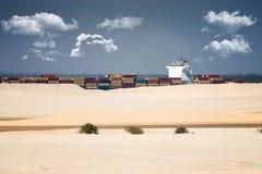 Pustynny statek - freightship przetrawersowywa kanał sueskiego w directi Obraz Stock