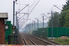 Puszczykowo, wielkopolskie/Polen - 22 Mei, 2019: Station in een kleine stad in Polen Ge?lektriseerde spoorlijn en trein stock fotografie