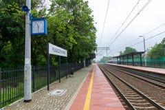 Puszczykowo, wielkopolskie/Polen - 22 Mei, 2019: Station in een kleine stad in Polen Ge?lektriseerde spoorlijn en trein royalty-vrije stock foto's
