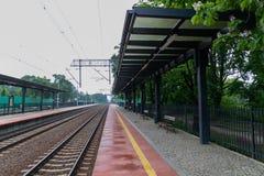 Puszczykowo, wielkopolskie/Polen - 22 Mei, 2019: Station in een kleine stad in Polen Ge?lektriseerde spoorlijn en trein royalty-vrije stock foto