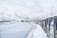 Puszek droga na wzgórzu w zimie obrazy royalty free