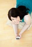 puszek floor słuchającej łgarskiej muzycznej kobiety Zdjęcia Royalty Free