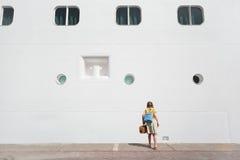 puszka dziewczyny liniowa przyglądający pobliski pasażer Zdjęcia Stock