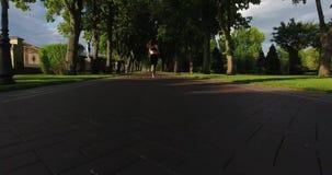 Puszka widok jogging z powrotem bawi się kobiety jogging w parku zbiory wideo