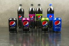 Puszki i butelki z różnymi typ Pepsi oryginał, max, wapno, dzika wiśnia Obrazy Stock