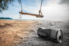 Puszki na plaży niszczą środowisko Śmieci w piasku na naturze grat dalej na pięknej plaży z huśtawką obraz stock