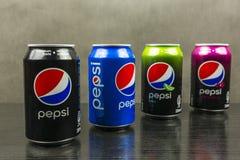 Puszki z różnymi smakami Pepsi odróżniają kolorami Obrazy Stock