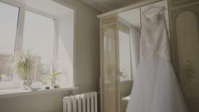 Puszysta ślubna suknia na wieszaku w pokoju hotelowym Ślubny ranek zbiory wideo