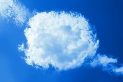 Puszysta round chmura w jasnym niebieskim niebie Pokojowy chmurnego nieba naturalny tło, rama Boski olśniewający nadziemski tło,  obrazy stock