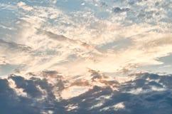 Puszyste chmury i światło słoneczne jesień lasowy Romania zmierzch Obrazy Stock