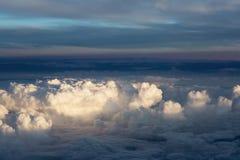 Puszyste chmury nad ziemią krajobraz Zdjęcie Stock