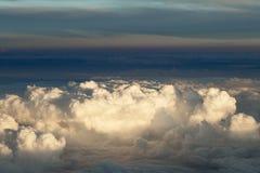 Puszyste chmury nad ziemią krajobraz Obraz Royalty Free