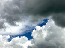 Puszyste chmury Przed Kanadyjską Preryjną ulewą obraz stock