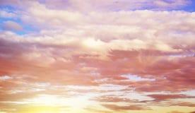 Puszyste chmury unosi się nad zmierzchu niebem Zdjęcie Royalty Free