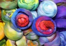 puszyste piłki miękka wełna dla tworzeń modni pulowery Zdjęcia Royalty Free