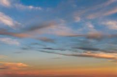 Puszystej różowej pomarańcze chmury pierzastej długie chmury w wieczór niebieskim niebie Fotografia Royalty Free