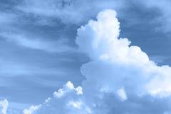 Puszysty chmury niebo w koloru filtra skutku Zdjęcie Royalty Free