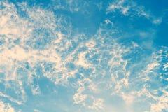 Puszysty chmury niebo w koloru filtra skutku Obrazy Royalty Free