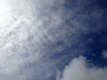 Puszysty chmury spead w niebieskim niebie Obraz Royalty Free
