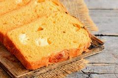 Puszysty dyniowy chleb z serowym farszem Dyniowi chlebów plasterki na drewnianej desce zbliżenie Zdjęcie Royalty Free