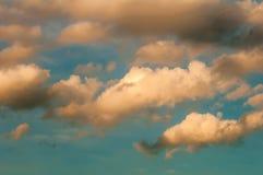 Puszysty jak bawełnianego cukierku niebieskie niebo Zdjęcia Royalty Free