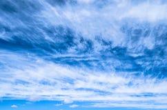 Puszysty mały cirrostratus, cirrocumulus i chmury pierzastej chmury formacj niebieskie niebo, Fotografia Stock